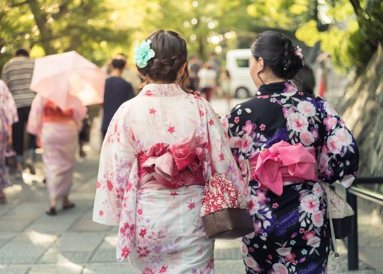 1.일본의 나무신(게타)을 신고 유카타 차림으로 교토 거리 산책하기