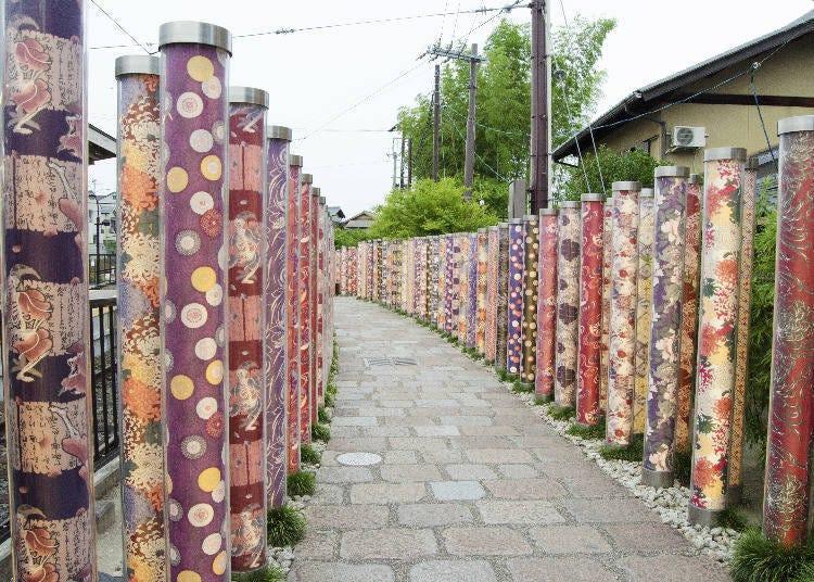 1: 화려한 색감과 문양이 매력인 교유젠 직물이 끝없이 펼쳐진 '기모노 포레스트'