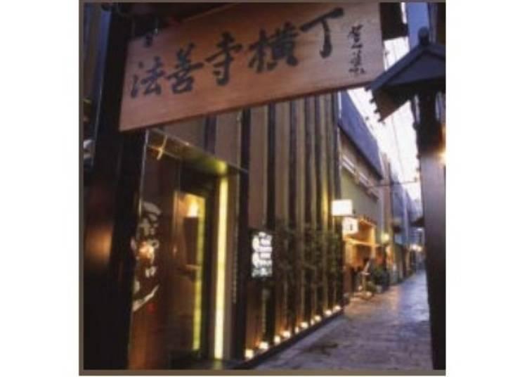大阪免費景點推薦5.【日本橋】洋溢著懷舊風情的美食巷弄「法善寺橫丁」