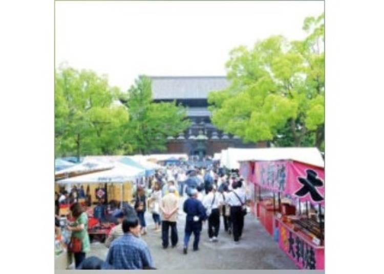 7.【九条】1200以上の露店が立ち並ぶ「東寺弘法市」