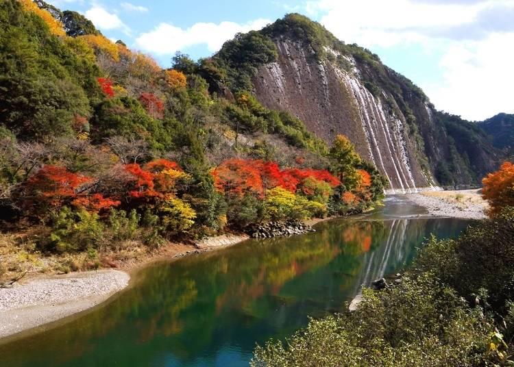 5:大きな岩から覗く真紅の紅葉「一枚岩」