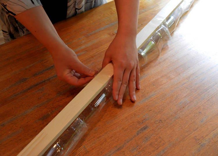 木の板をペットボトルにはわせて固定すれば完成!
