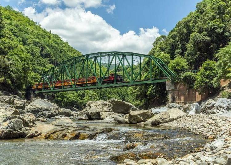 岚山一日游④乘坐「嵯峨野Torokko观光小火车」欣赏溪谷美景