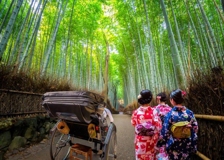 穿著傳統和服漫步在嵐山竹林間也別有一番風情