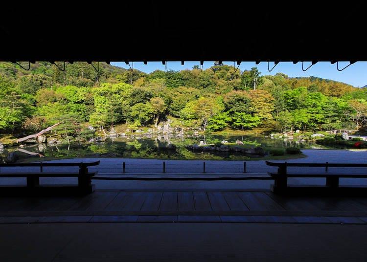 3.お堂の中から見る庭園