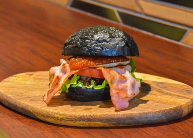 4.真っ黒なバンズが話題の嵐山バーガー「CROSS Burger&Beer/Coffee」