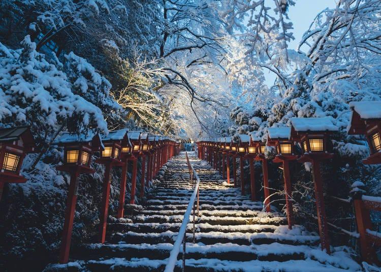 8.雪のライトアップで輝く「貴船神社」