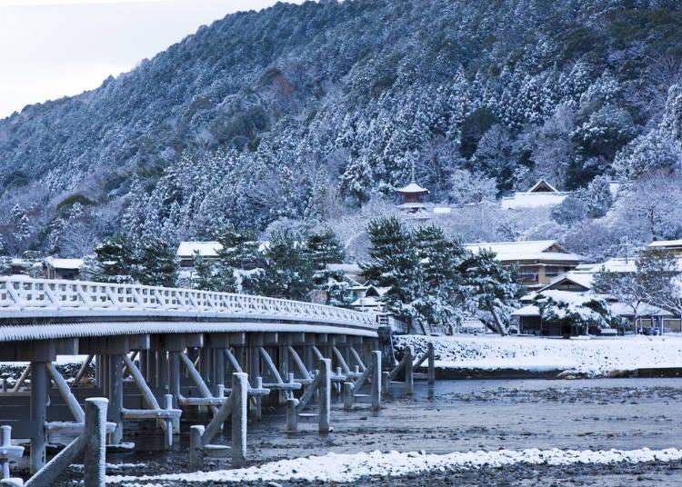 9.しっとり雪化粧を施した嵐山のシンボル「渡月橋」