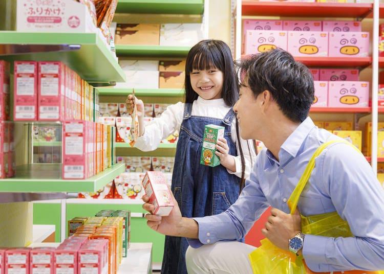 在「販賣區」的零嘴市場購買模範生點心麵的限定商品!