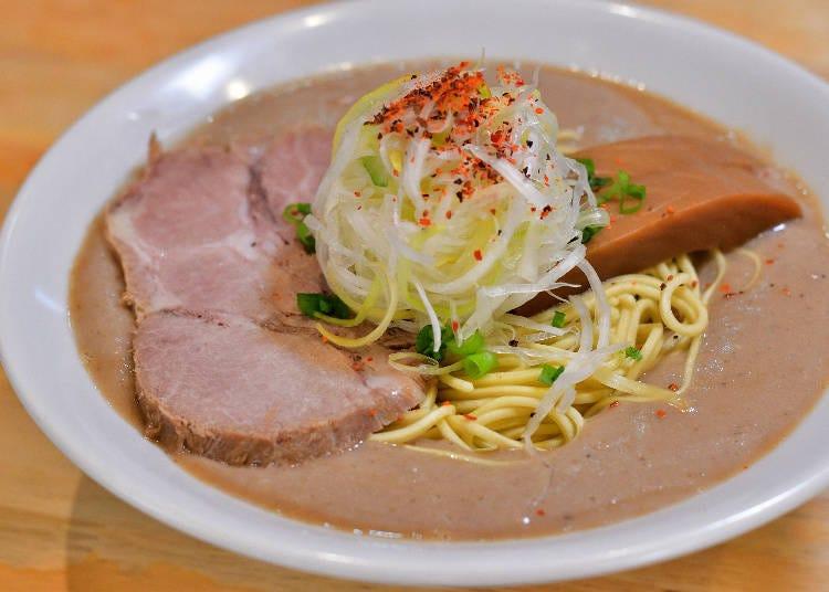 レンゲが立つほど力強いスープを麺やトッピングが引き立てる