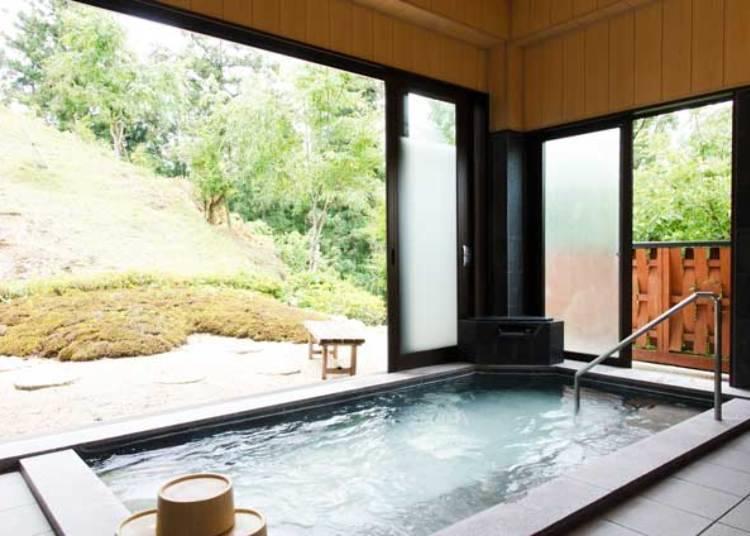 일본의 정취를 느낄 수 있는 객실과 온천에서 개운하게 피로를 풀자