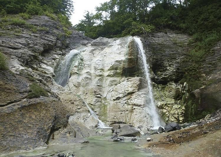 13.「川原毛大湯滝」で野趣あふれる露天風呂に浸かる