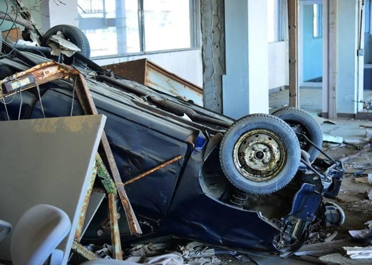 떠내려온 잔해와 차가 흩어져 있는 교실로