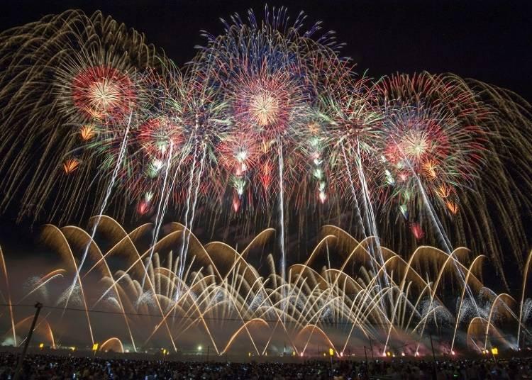 4.전국 불꽃놀이 경연 대회 '오마가리노 하나비'(매년 8월 마지막 토요일)