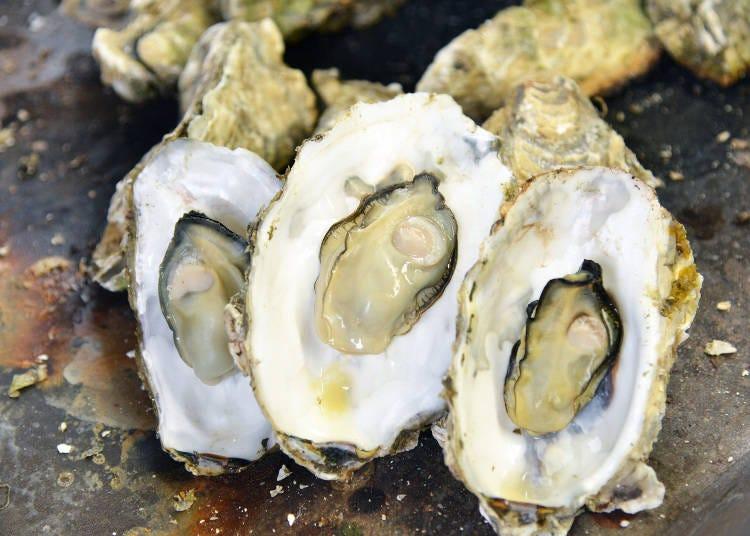 殻から牡蠣の身をとり素早く口へ運ぶ…焼き牡蠣のおいしい食べ方とは