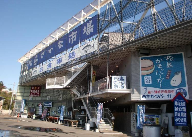 松島魚市場經營的「烤牡蠣小屋」 不分季節皆可吃到
