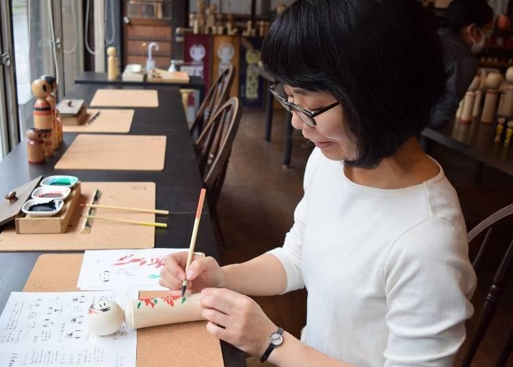 '사쿠라이 고케시텐' 에서 목각인형에 그림 그리기 체험
