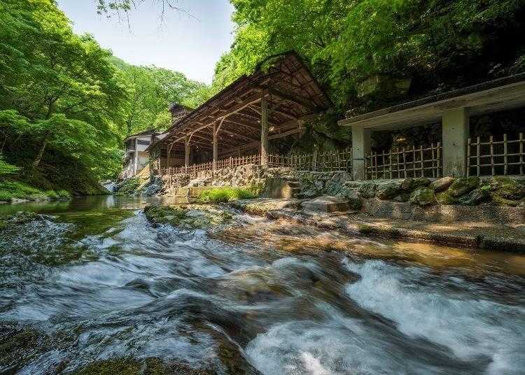 2.【鷹泉閣 岩松旅館】4つの天然岩風呂がおすすめの老舗旅館