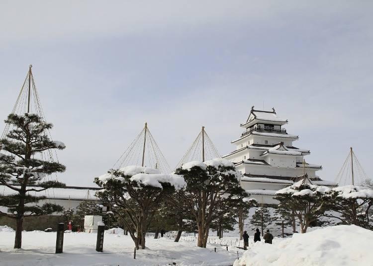 9. Tsuruga-jo Castle – Sweeping Views of a Wintery Japanese Garden! (Fukushima)