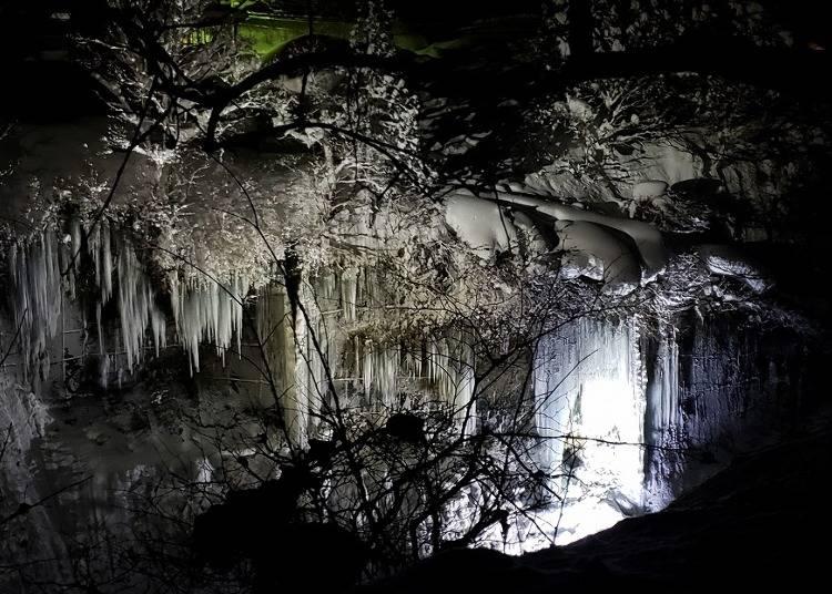 5:渓谷に下がる巨大な「小安峡大つらら」(秋田)