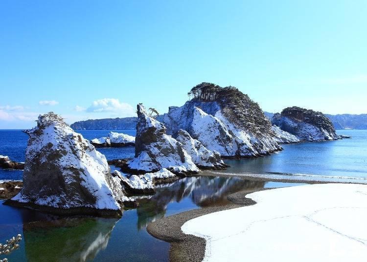 3. 蔚藍海岸與皚皚白雪強烈對比「淨土之濱」(岩手)
