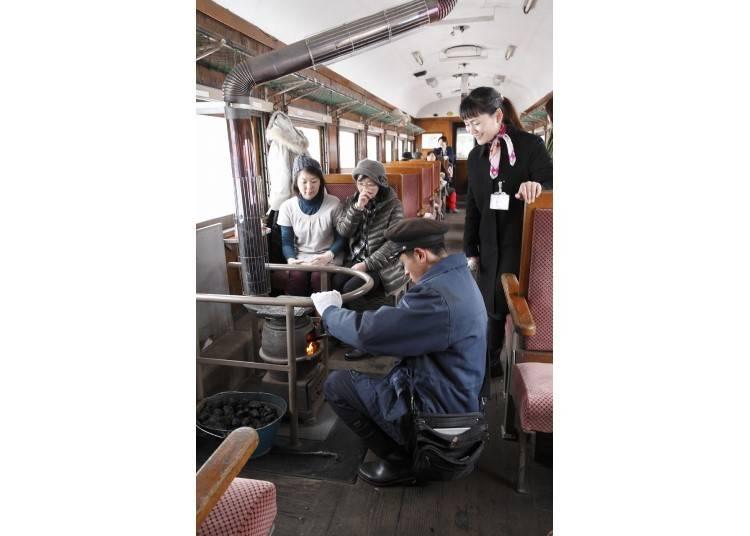 8.津軽鉄道のストーブ列車に乗る