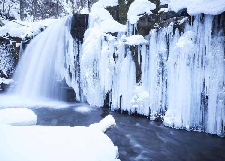 寒さが美しい芸術を作り出す「氷瀑の湯」