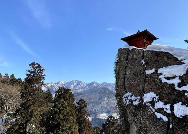 自然と調和する山寺の景色