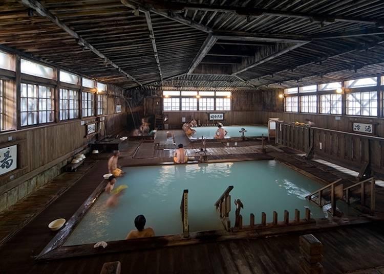 1)酸ヶ湯温泉:圧倒的な存在感のあるヒバ千人風呂