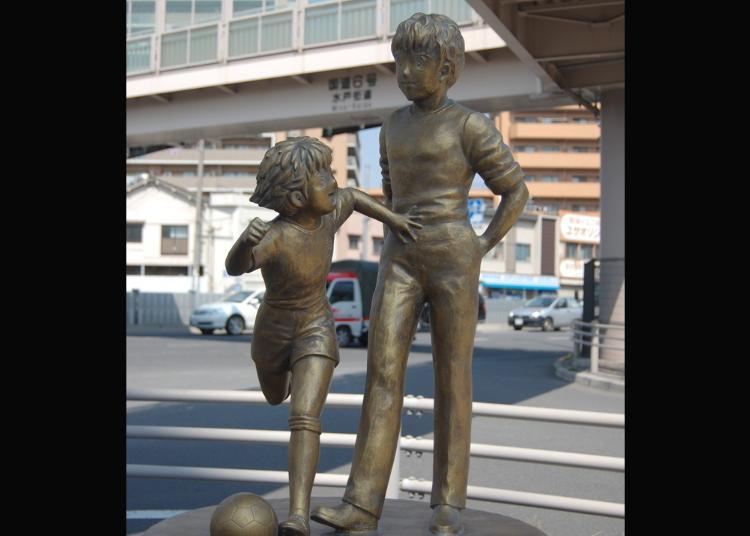 2위. 캡틴 츠바사의 로베르토 혼고와 오조라 츠바사 동상