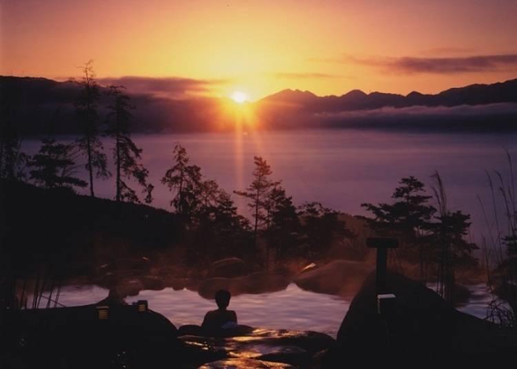 Watch the sunrise at Hottarakashi Onsen