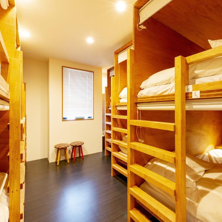 混合宿舍房的 1個上下鋪床位 帶共用淋浴和衛生間