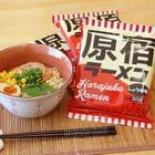 〝原宿拉面〟 不加化学调料·食用色素·防腐剂。原材料全是精选日本国产。 無論年齡或性別,都能以溫和的口味品嚐。 以前卫的「原宿」为主题,代代相传的江户人喜爱的酱油风味拉面。 作为原宿的特产品推荐给您。