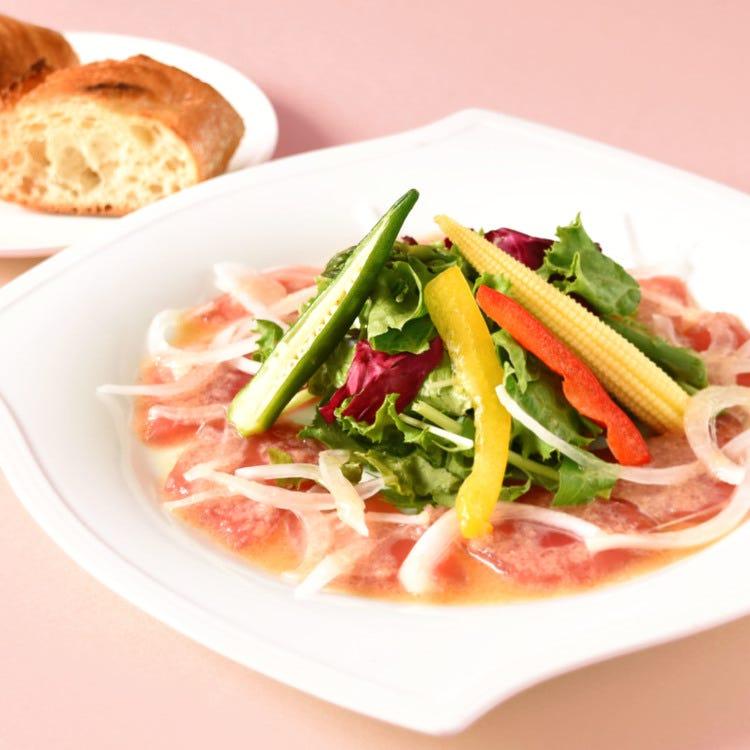 carpaccio of tuna with new onions and seasonal salad