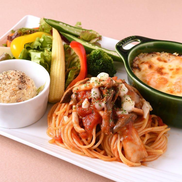 マンスリーランチ「オリジナルグラタン&きのことモッツァレラチーズのトマトソースのパスタプレート」