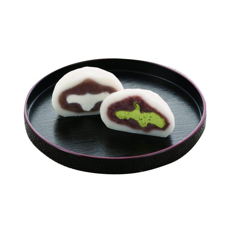 "Yuki-gassen (""Snowball Fight"") (Daifuku rice dumplings with a whip cream filling.)"