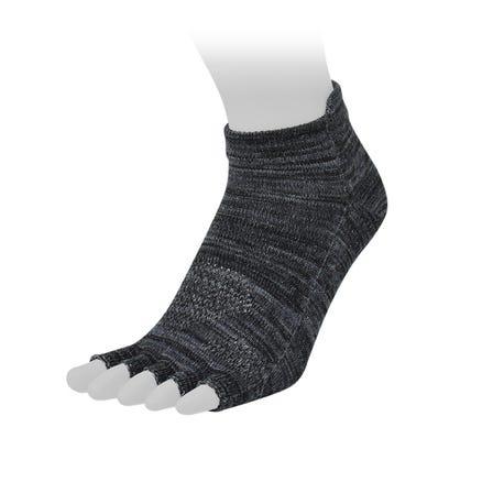 フィンガーレスソックス ムレを軽減する素材を使用した指先のないタイプのソックス。 夏のスポーツサンダルなどと合わせて。  #mizuno #for_men #socks #fingerless_socks