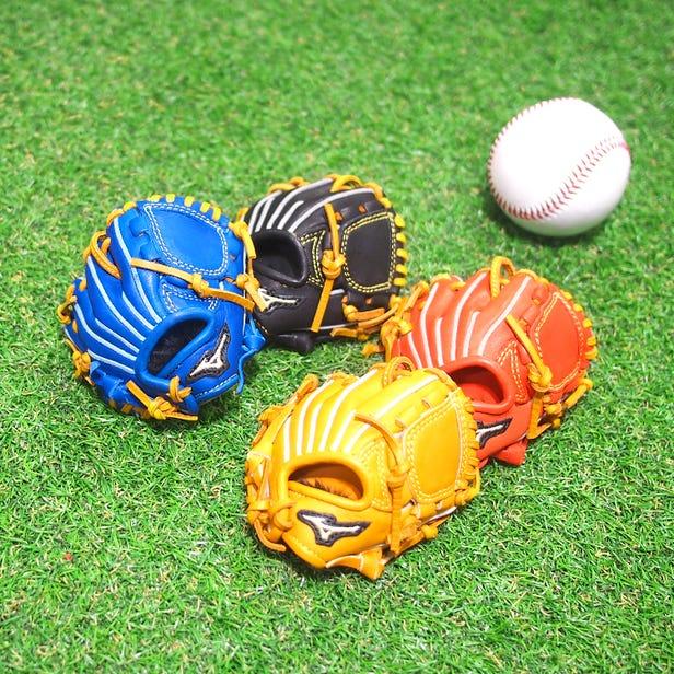 Miniature baseball glove with strap A new model appeared in a miniature baseball glove made of cowhide! The lineup includes grabs for left-hand throwing, catcher mitt, and first mitt.  #mizuno #baseball #miniature_glove #souvenir