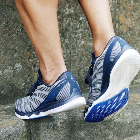 WAVE SHADOW 5 搭載 MIZUNO ENERZY 和 MIZUNO WAVE 跑鞋。 通過中足打擊來訓練您的雙腿,獲得更大的加速度!  #mizuno #wave_shadow_5 #mizuno_running #running #unisex