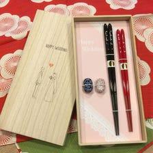 결혼 축하 기프트 세트/부부 페어 젓가락+젓가락 받침(각각 색이 다른 두 쌍이 세트),  오동나무 상자에 넣어 일본식 보자기 포장을 해드립니다.