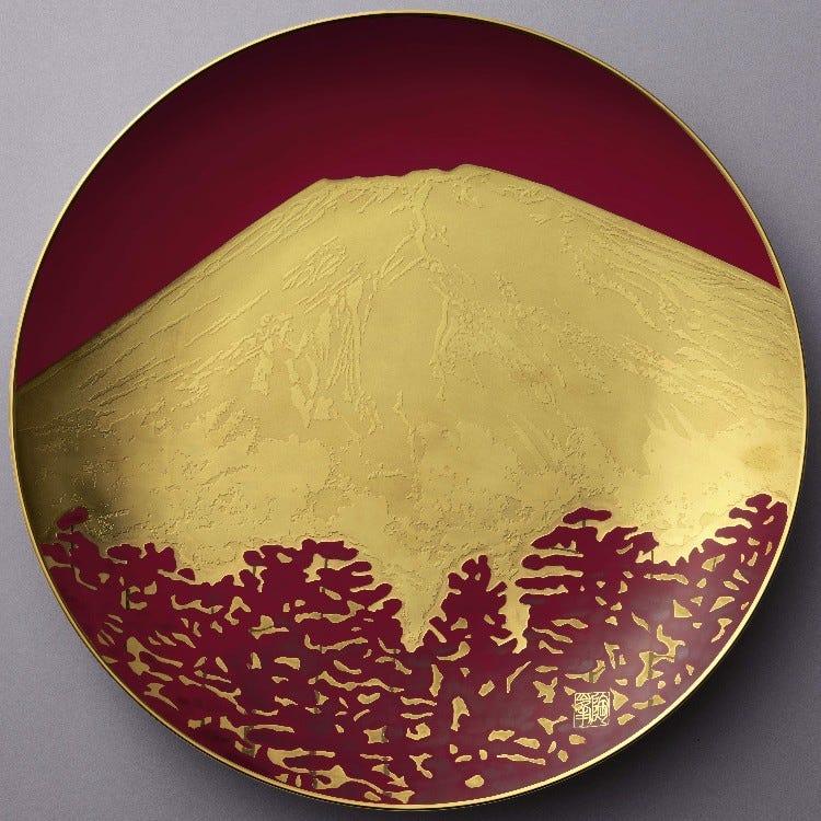 額皿「赤富士」直径 45.5cm<br /> <br /> 朝陽に輝く富士山が、金で豪華に描かれています。<br /> <br /> \500,000(税別)