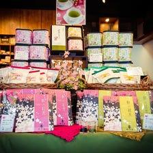 桜の緑茶 / 桜の紅茶 (各ティーバッグ5pと10p及び茶葉50gのラインナップ)<br /> <br /> 【桜の緑茶】春を代表する桜を思わせる緑茶です。桜の葉とお花を加え、更に抹茶を配合することで色鮮やかに品よく仕上げました。桜餅に似た優しい香りをお楽しみください。<br /> 【桜の紅茶】桜の花が舞うように、華やかな香りの紅茶をご用意しました。渋みの少ないセイロン茶葉を厳選することで、優雅な桜の香りを活かしています。
