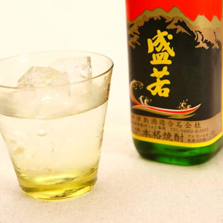 【岛烧酒】<br /> 在日本,烧酒是最具代表性的蒸馏酒,无论制法或原料都与日本酒大相径庭。日本酒采用酿造制法,原料以米为主;烧酒原料则以甘薯类或谷物为多,酒精度多在20%到45%之间。