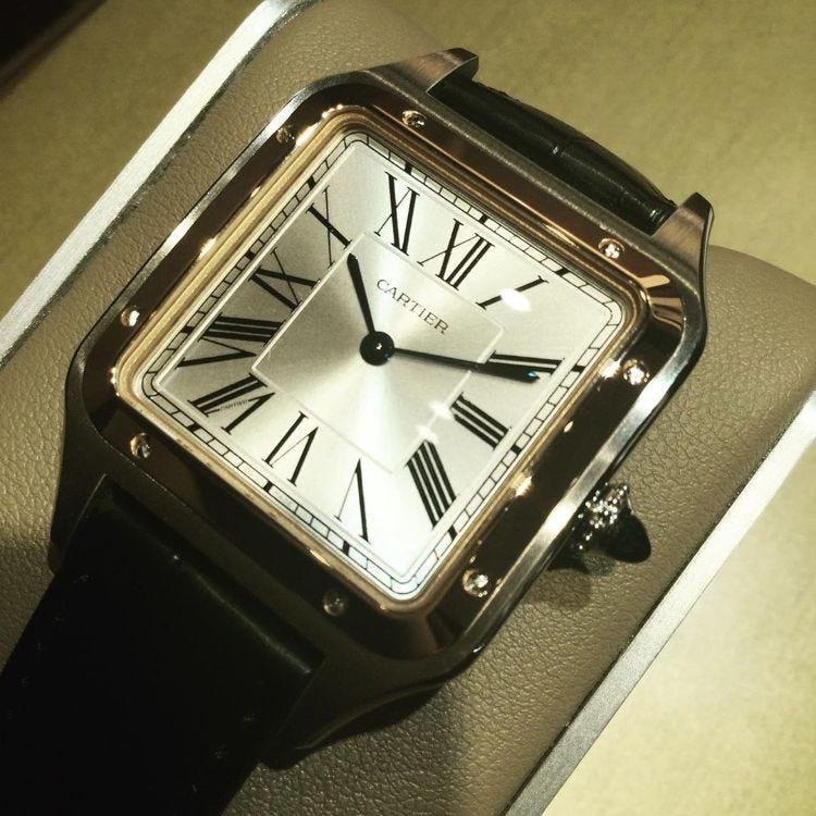 Cartier Santos-Dumont watch. 高精度石英机芯成功地将表壳厚度减小到仅7.3毫米,并且功能性极佳,从而实现了出色的贴合性。 部件号:W2SA0011