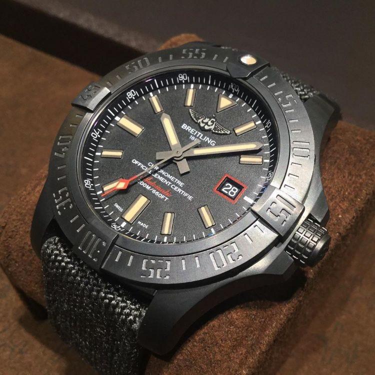 百年靈 「AVENGER BLACKBIRD」 這款模型採用緞面處理和輕巧堅韌的黑色鈦金屬錶殼,以隱身偵察機的同義詞Blackbird命名。 部件號:V171B74MMA
