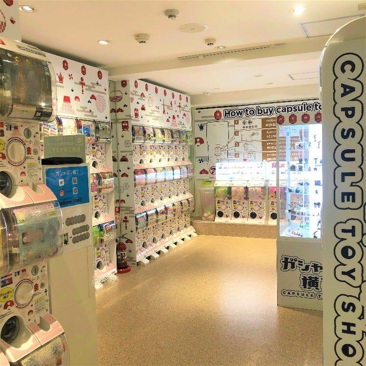 """《2층》<br /> ・""""일본""""을 테마로 한 105 개의 캡슐 장난감.<br /> ・많은 샘플이 전시되어 있습니다!<br /> ・각 층마다 환전소가 있습니다."""