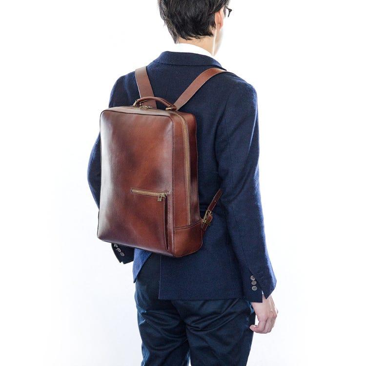 經典復古後背包(Antique Square Backpack)<br /> 採用經典復古刷色皮革製成
