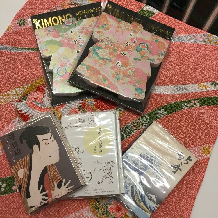 Japanese-style stationery items such as kimono-shaped memo pads that are popular as souvenirs for overseas visitors have arrived.  The ukiyo-e pattern memo pad also has a sticky note.