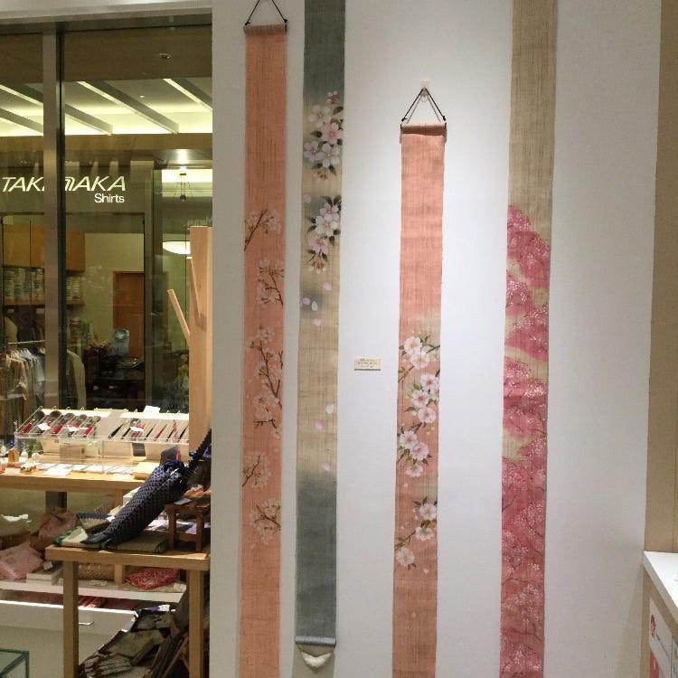 桜模様のタペストリーがたくさん入荷しております。 日本のお土産にお勧めです。 是非ご来店をお待ちしております。
