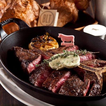 【 BLT STEAK OSAKA】@HERBIS PLAZA 1F 「BLT STEAK」是一家榮獲眾多獎項的高檔美式牛排店。位于HERBIS的「BLT STEAK 大阪店」是世界第16家分店,在日本關西地區僅此一家!美國農業部認證的高品質特級牛排,格魯耶爾乳酪製成的「Popover」蓬鬆餅,鮮美的海鮮,人氣美食琳琅滿目。店內擁有包廂、吧台座位等124個席位。請在時尚雅致的空間中盡情享受極品牛排與超大分量蓬鬆餅的美味! [午餐 約3,000日圓/晚餐 約13,000日圓]